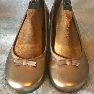 Clarks Artisan Size 12M Gold Ballet Flats with Bow